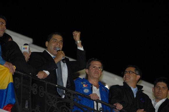 Correa spricht zur versammelten Bevölkerung.