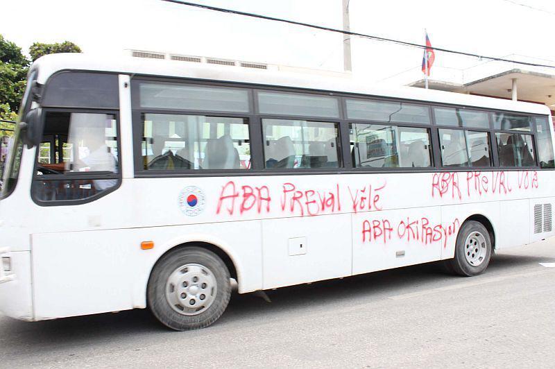 Selbst Busse wurden mit Protestparolen besprüht.