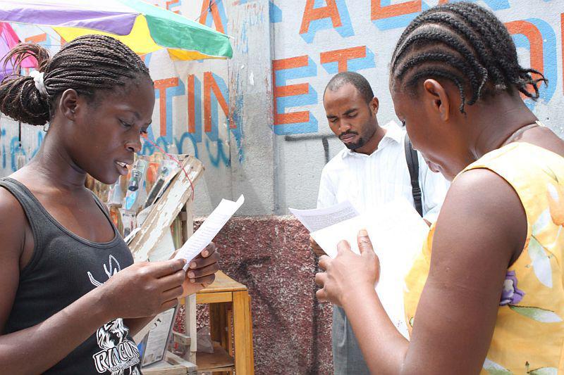 Eine Passantin informiert sich über die Ziele der linksgerichtten Organisatoren.
