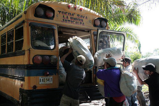 Die Bauern räumen ihr gesamtes Hab und Gut in einen Bus.
