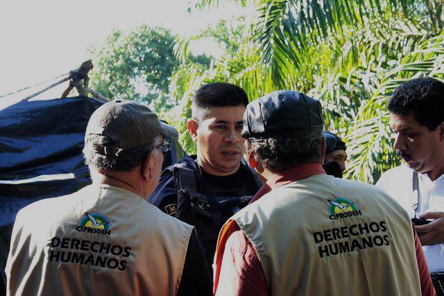 Der PR-Offizier Alex Madrid im Gespräch mit der Menschenrechtsdelegation