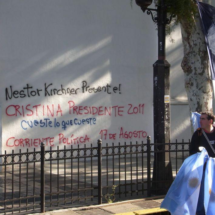 Plaza de Mayo: Graffito fordert Cristina Kirchners Kandidatur für die Wahlen 201