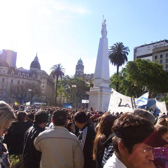 ... strömen die Menschen auf den Plaza de Mayo.
