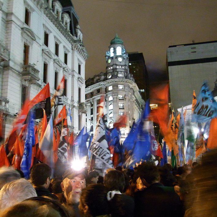 ... politische und soziale Organisationen begannen, auf den Plaza de Mayo zu kom