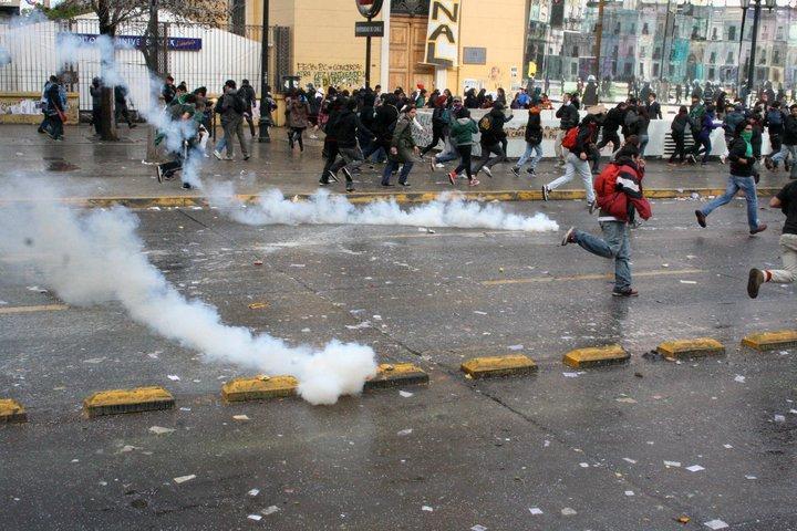 Die Polizei setzt massiv Tränengas gegen die Demonstrierenden ein