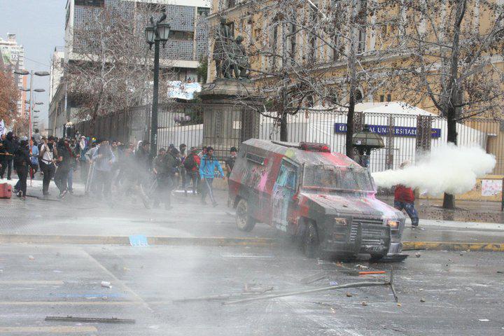 Bunter Protest: mit Farbbeuteln gegen Wasserwerfer.