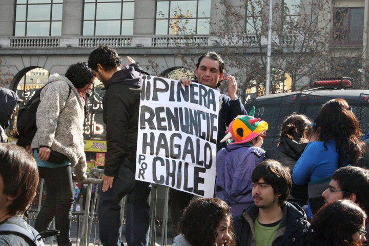 """Ein Demonstrant meint: """"Piñera, tritt zurück, tu es für Chile"""""""