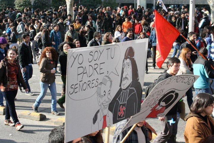 Auf einer Karikatur sagt Pinochet zu Piñera, er sei dessen Vater