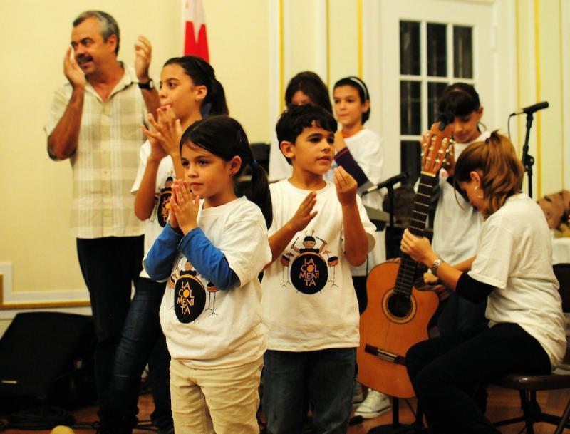 "Proben für  ""La Cucarachita Martina"" mit dem Leiter von La Colmenita, Carlos Alberto Cremata"