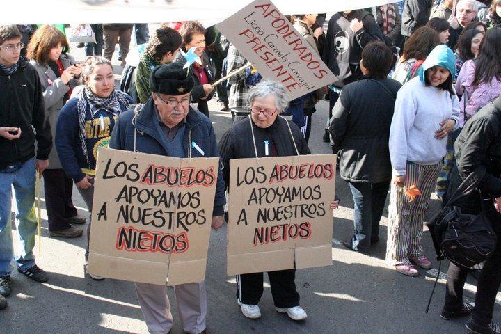 Ältere Demonstranten mit Schildern