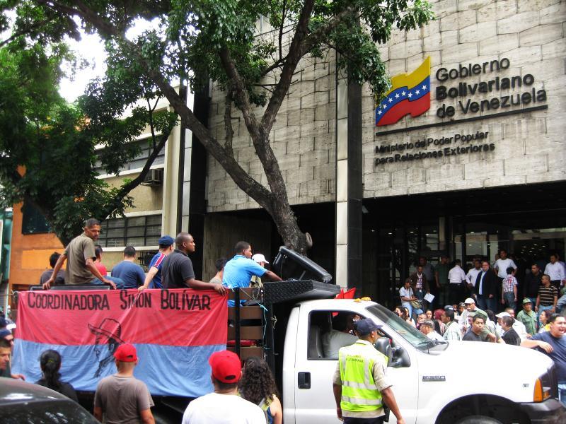 LKW der Coordinadora Simón Bolívar vor dem Außenministerium