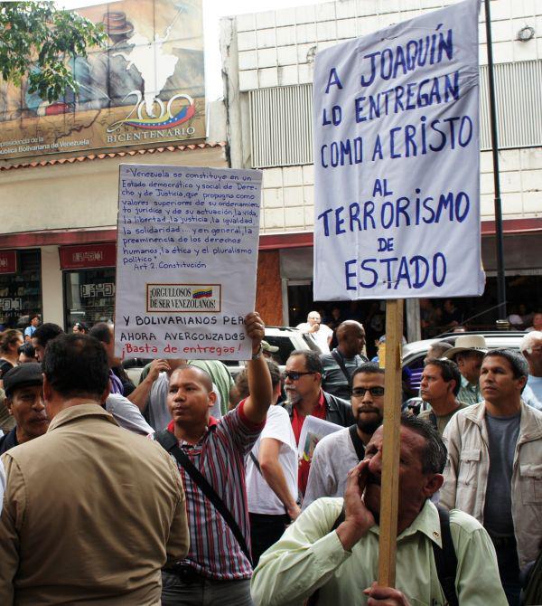 """Protestschild: """"Joaquín wurde an den Staatsterrorismus übergeben wie Christus"""""""