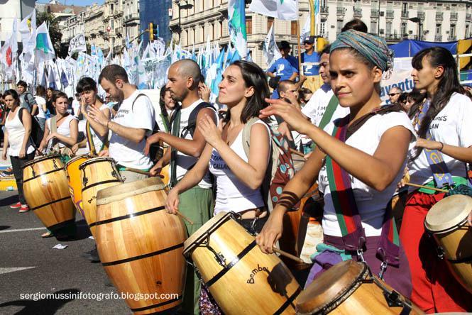 Eine Gruppe junger Leute mit Trommeln in der ersten Reihe der Demonstration