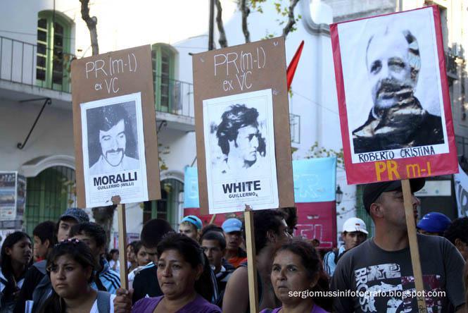 Demonstranten tragen Plakate mit Fotos ihrer verschwundenen Angehörigen
