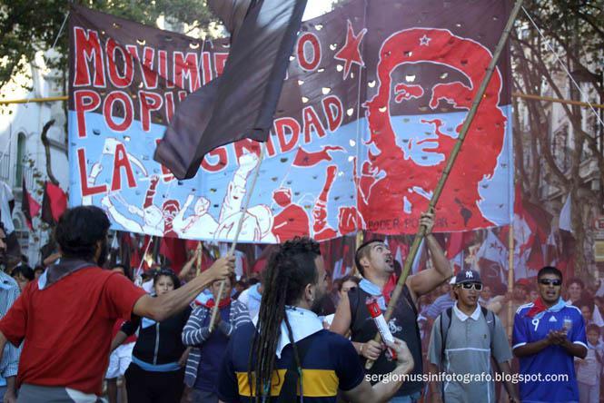 Junge Leute von der Volksbewegung Die Würde mit Che-Transparent