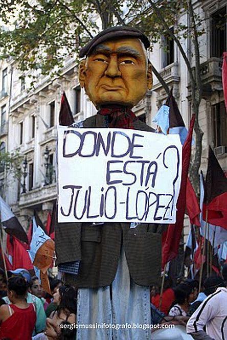 Eine grosse Figur aus Pappmaché mit den Gesichtszügen von Julio Lopez