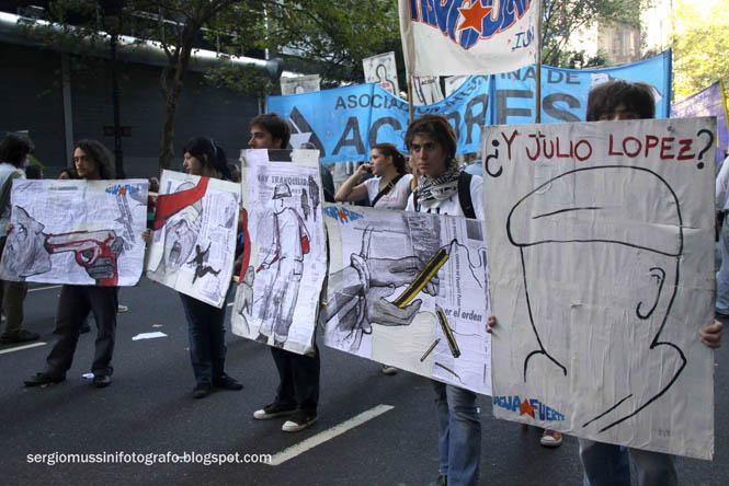 Junge Künstler mit Zeichnungen über Folter und Mord