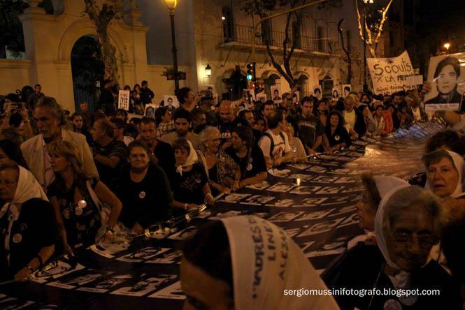 Die Frauenorganisation Madres de Plaza de Mayo mit Fotos von Verschwundenen.
