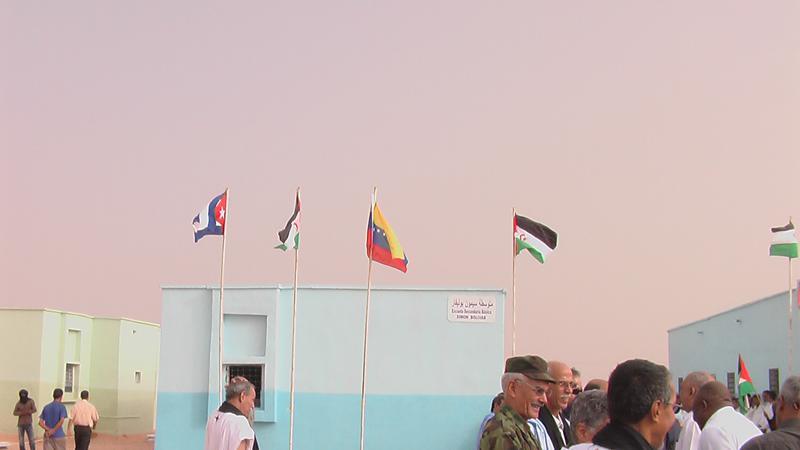 Die Flaggen Kubas, Venezuelas und der Demokratischen Arabischen Republik Sahara (DARS) vor Schulgebäuden