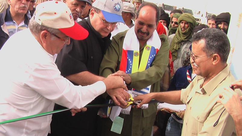 Der Präsident der DARS, Abdelaziz, und die Botschafter Kubas und Venezuelas