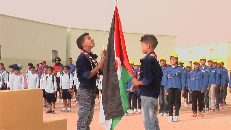 Kinder hissen die sahaurische Flagge