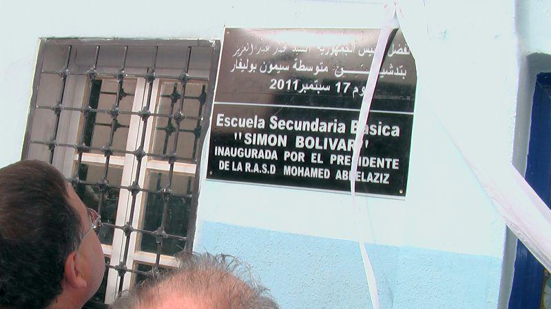 Tafel am Gebäude benennt die Schule nach Simón Bolívar
