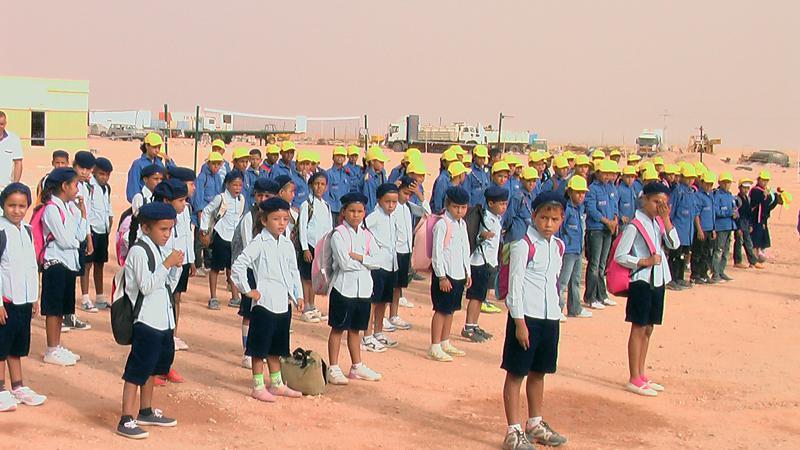 Schüler des ersten Jahrgangs treten in ihren Schuluniformen an