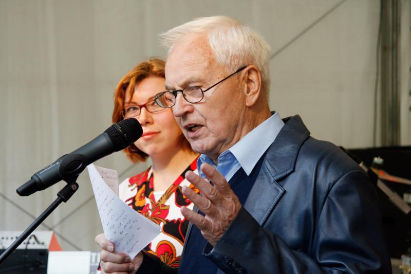 Hans Modrow verliest ein Grußwort für Cuba Sí