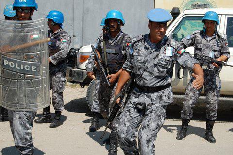 Polizisten vor dem Einsatz von Gewalt während einer Demonstration vor einer UNO-Basis.  Oktober 2010, Port-au-Prince, Haiti