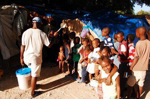 """Flüchtlingslager Petion Ville. Jeden Tag warteten Kinder darauf, dass NGOs Lebensmittel verteilten. Eines morgens verschwand die Organisation, was Ungewissheit bei den Menschen hinterließ. Einige riefen: """"Wir wollen Arbeit, wir wollen nicht, dass ihr uns Lebensmittel schenkt!""""  Oktober 2010, Port-au-Prince, Haiti"""