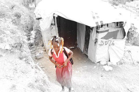 ein Mädchen auf dem Weg zur Schule im Flüchtlingslager.  Juli 2010, Port-au-Prince, Haiti