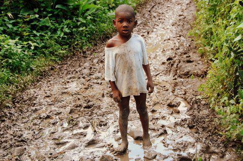 Kind auf dem Land.  Oktober 2010, Terrier Rouge, Norden von Haiti