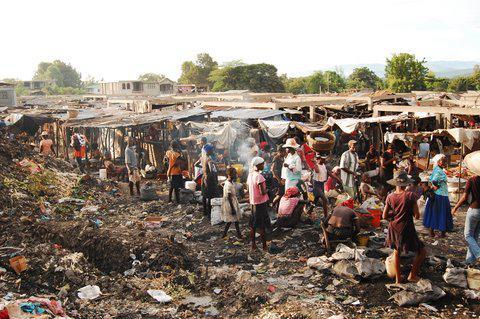 Markt, auf dem Lebensmittel verkauft oder getauscht werden.  September 2010, Ti Riviere Artibonite, Haiti