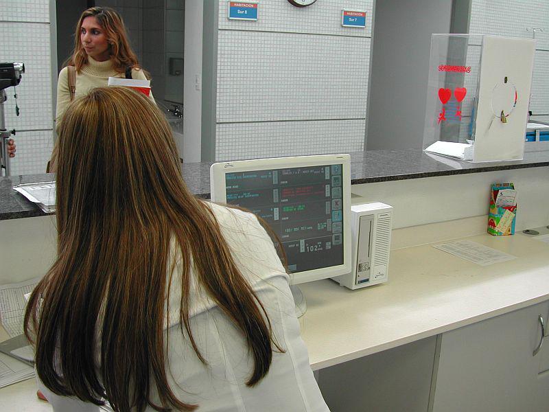 Überwachungsgeräte am Eingang einer Station