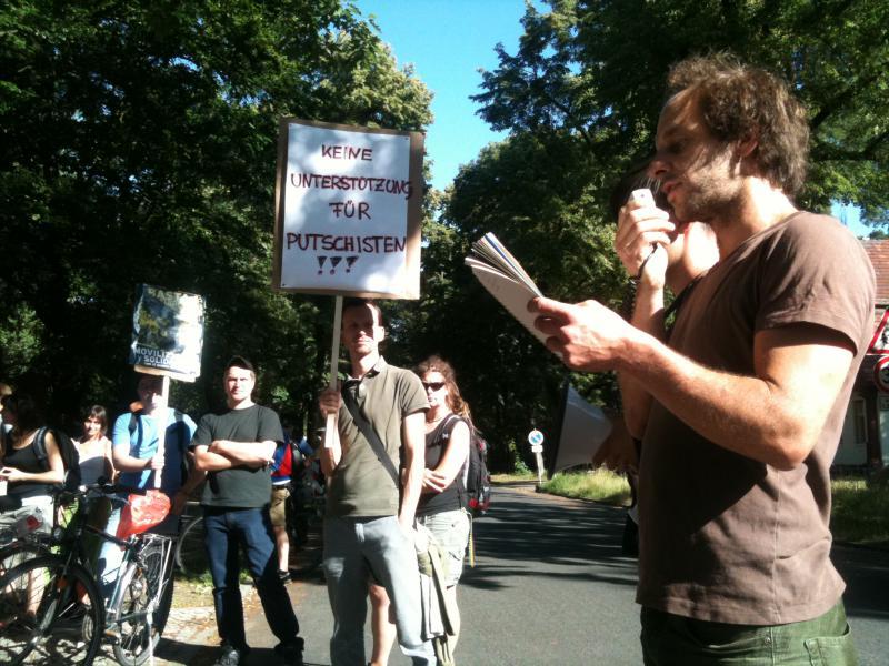 Kundgebung vor dem Sitz der Friedrich-Naumann-Stiftung in Potsdam