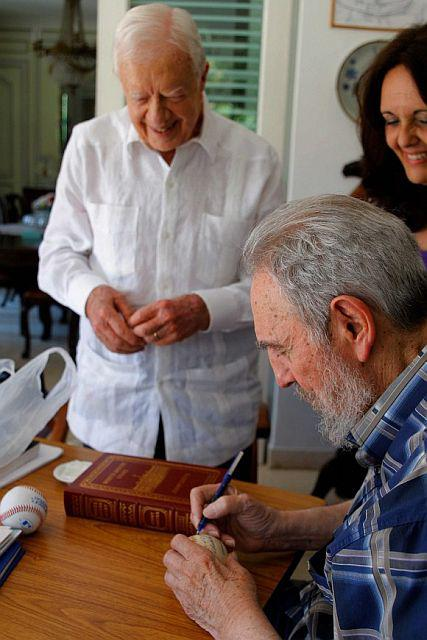 Fildel Castro signiert einen Baseball