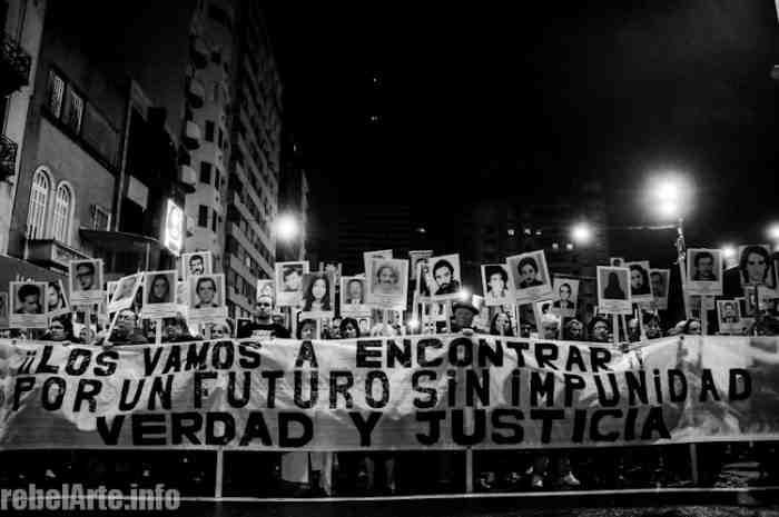 """Leittransparent: """"Wir werden sie finden! Für eine Zukunft ohne Straflosigkeit! Wahrheit und Gerechtigkeit"""""""