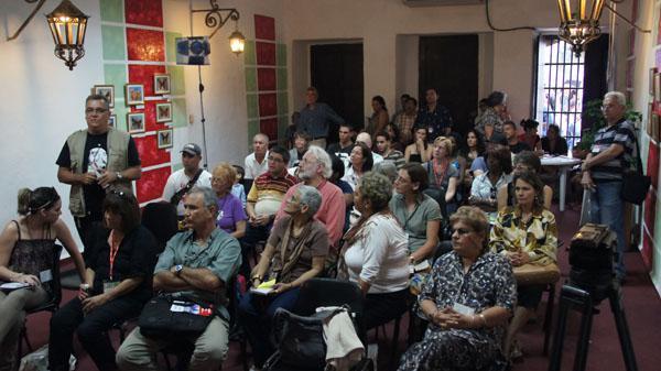 Gäste bei einer Podiumsdiskussion von Cuba Sí