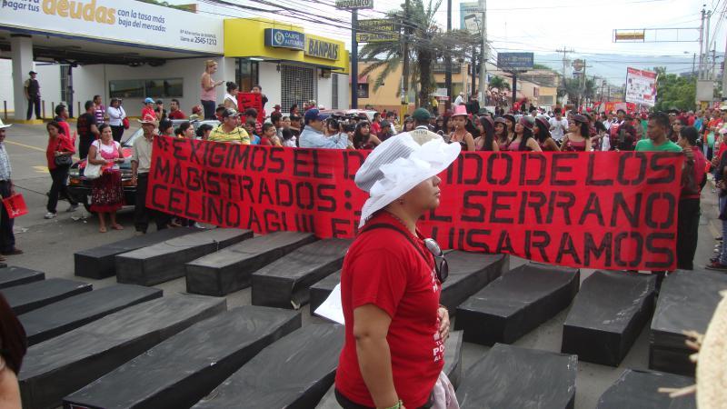 Pappsärge als Symbol für die ermordeten Kleinbauern in Bajo Aguán