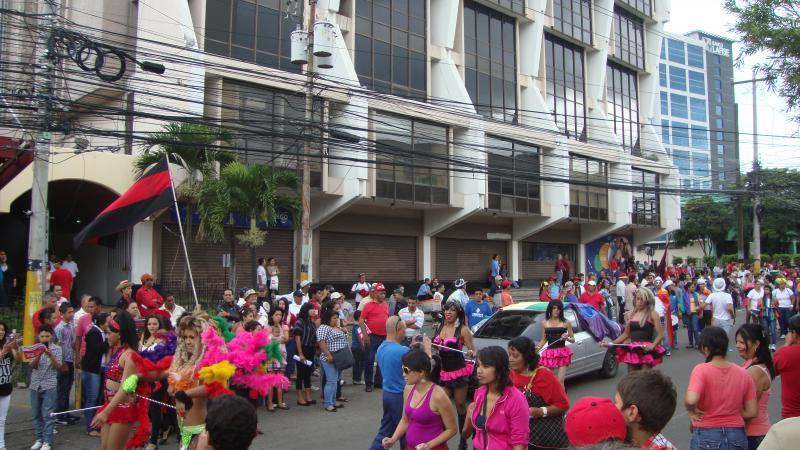 Tanzende LGBT-Aktivistinnen auf der Demonstration