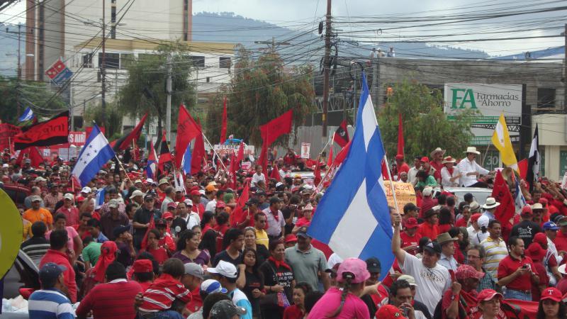 Eine dicht gedrängte Menschenmenge umgab die Libre-Präsidentschaftskandidatin Xiomara Castro und ihren Ehemann, den gestürtzten Präsidenten Manuel Zelaya.