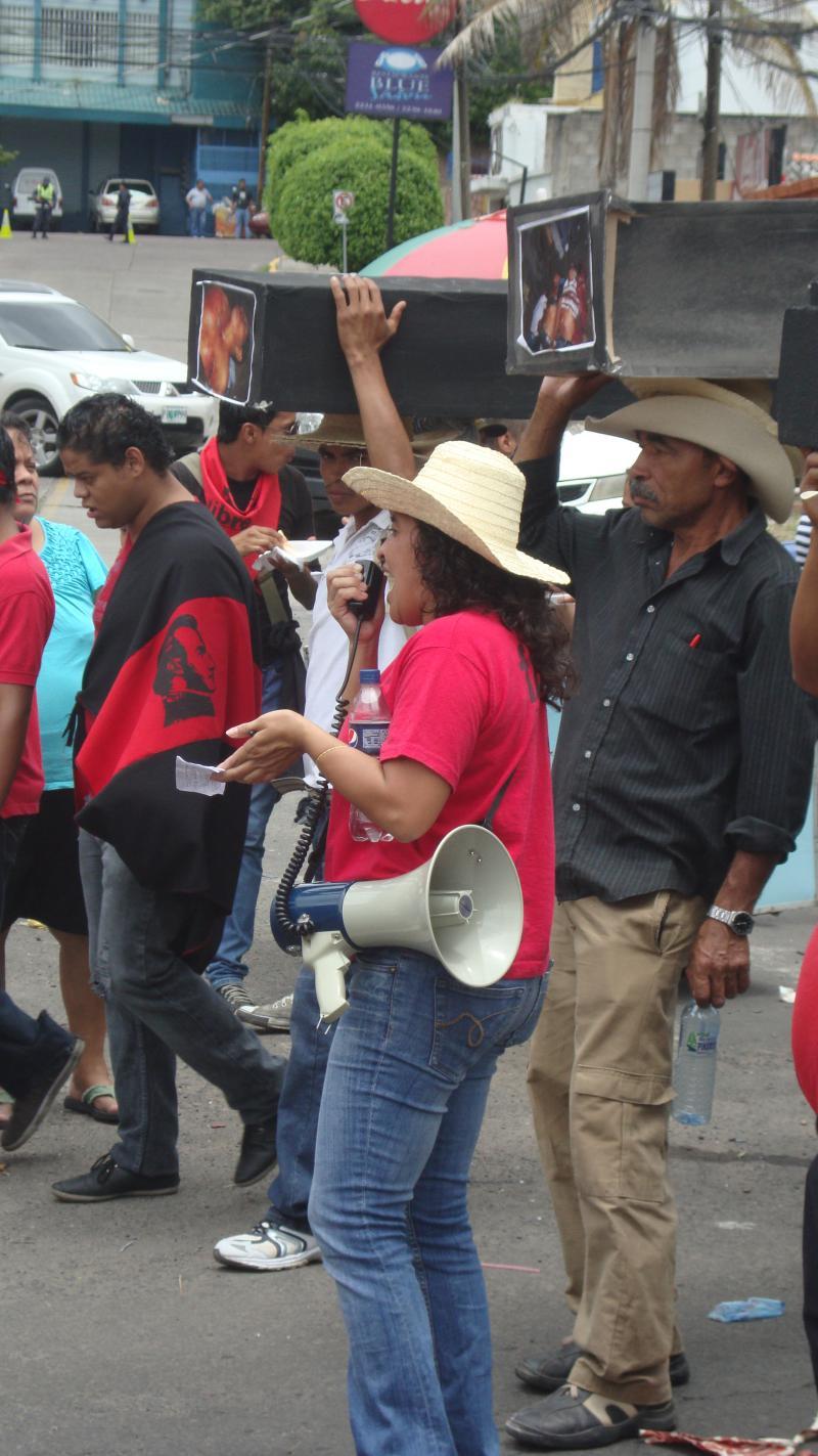 Eine MUCA-Aktivistin machte auf die Menschenrechtsverletzungen gegen Kleinbauern in Honduras aufmerksam.