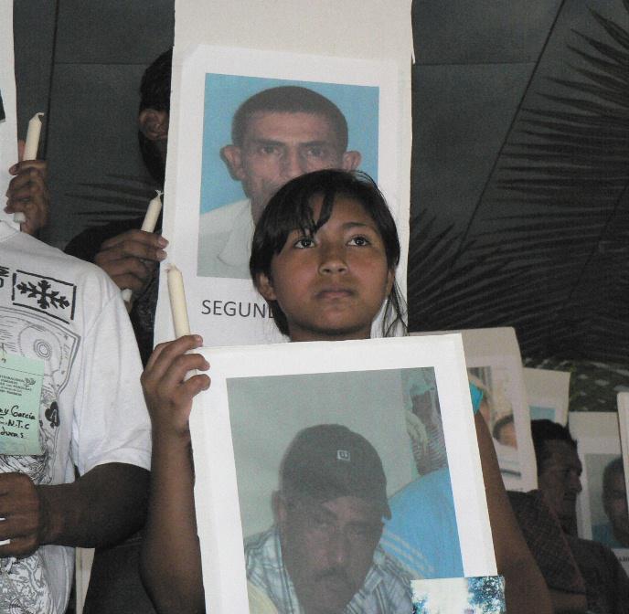 Angehörige mit Bildern der Opfer des Konflikts