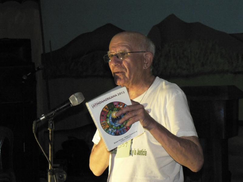 Pater Fausto Milla ergreift das Wort