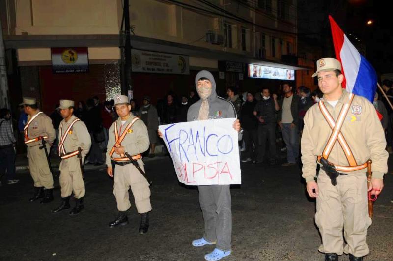 """Auf dem Plakat des Demonstranten steht: """"Franco - Putschist"""""""