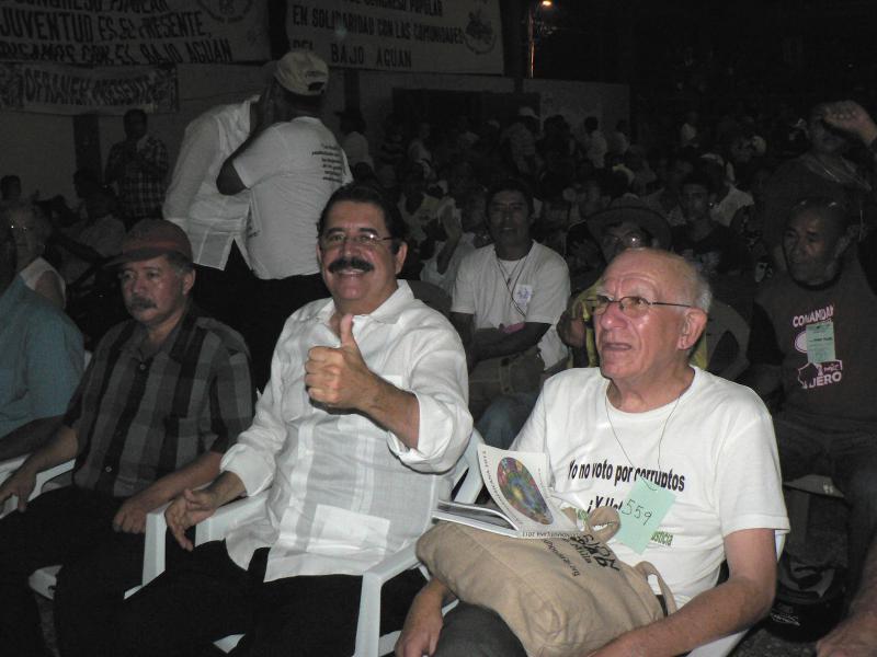 Manuel Zelaya und Pater Fausto Milla
