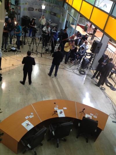 Presse im Sitz der Wahlbehörde CNE