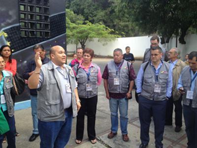 Besuch internationaler Beobachter eines Wahllokals