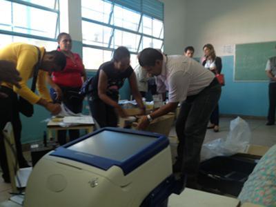 Installation der Wahlmaschinen am Freitag vor der Wahl