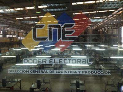 Fabrikhalle der Wahlbehörde CNE, in der die Wahlmaschinen montiert werden